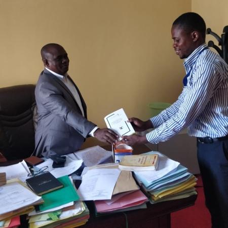 TAGIRABO BAHATI Joël remettant une copie du rapport au procureur